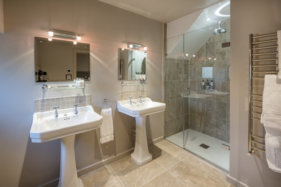 14. Twin sinks in en-suite to downstairs (disabled) bedroomin Cowshed